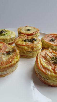 Savory muffins - with zucchini, tomato and pesto - GezondGezin.nu - Savory muffins – with zucchini, tomato and pesto – HealthyFamily. Healthy Drinks, Healthy Snacks, Healthy Recipes, Pesto, Lunch Recipes, Cooking Recipes, Good Food, Yummy Food, Healthy Muffins