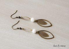 """Boucles d'oreilles """"Cats eyes"""", en jade blanche et laiton bronze : Boucles d'oreille par electra"""