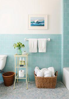 salle de bain rétro avec un carrelage bleu-ciel, salle de bain blanc-bleu ciel, peinture murale