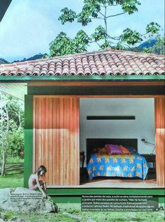Casa metálica com madeira no campo