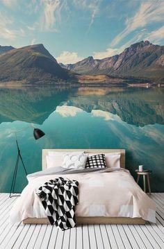 Fare una parete della caratteristica utilizzando questo paesaggio scandinavo incredibile, con questo bellissimo fiordo in Norvegia. La simmetria delle acque riflessione dà una sensazione astratta per l'impostazione, e il verde Bluey della fotografia aggiungerà alla vostra combinazione di colori degli interni. #wallpaper #mural #wallmural #livingroom