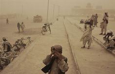 AFEGANISTÃO. Kandahar, março de 2005. © Moises Saman / Magnum Photos. Saiba mais em http://www.jornaldafotografia.com.br/noticias/eventos/as-fotos-nas-ruas-ruas-nas-fotos-5-mostra-sao-paulo-de-fotografia/