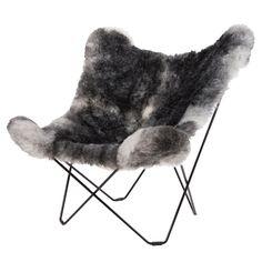 """""""Butterfly chair"""" ble designet i Buenos Aires in 1938, og er også kjent som «BKF stolen», oppkalt etter dens skaper Bonet, Kurchan og Ferrari. Dette er en deilig og lun stol med eksklusiv saueskinn fra Island."""