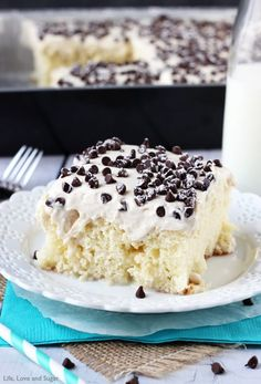 You are going to love this cake! A vanilla cake, soaked with sweetened condensed milk, covered in sweet cannoli filling. Ah-mazing! Can you …Cannoli Poke Cake - vanilla cake topped with cannoli filling icing! Poke Cake Recipes, Poke Cakes, Dessert Recipes, Poke Recipe, Layer Cakes, Cannoli Poke Cake, Cannoli Filling, Cannoli Dessert, Cupcakes