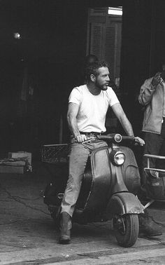 Holy crap, Paul Newman on a Vespa. Is Paul Newman the original Ryan Gosling? Foto Picture, Foto Poster, Mans World, Famous Faces, Old Hollywood, Hollywood Icons, Movie Stars, Famous People, Beautiful Men