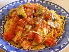 定番☆なすとベーコンのトマトパスタ by berry+ - Food: Veggie tables Healthy Eating Tips, Healthy Nutrition, Mie Goreng, Pasta Noodles, Vegetable Drinks, Beef Recipes, Drink Recipes, Fruits And Vegetables, Spaghetti