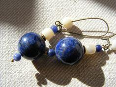 Boucles d'Oreilles Longues Pierre Fine Bleue de Lapis-Lazuli et Nacre Bronze : Boucles d'oreille par la-fabrique-de-loulette