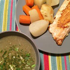 Caldito casero de verduras, las verduras y salmón.