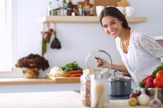 Certaines odeurs désagréables, dont les sources sont multiples, peuvent envahir votre cuisine. Malheureusement, il n'est pas toujours facile de s'en débarrasser. Nous vous proposons 7 astuces de grand-mère naturelles et efficaces pour en venir à bout !
