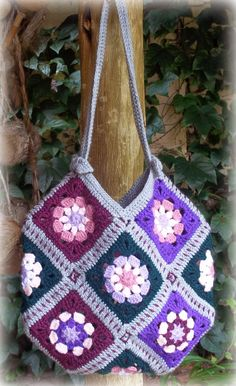 I have made so many of these 13 Granny Squares Bags - they are just so quick and easy to make! This is what you will need: 13 Granny Squares of your choosing - a x (about 6 rounds) gives y Crochet Purse Patterns, Bag Crochet, Granny Square Crochet Pattern, Crochet Handbags, Crochet Purses, Crochet Squares, Crochet Granny, Free Crochet, Sac Granny Square