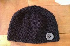 Voilà un bonnet au point mousse très simple à réaliser. Le gros bouton donne un côté plus féminin à ce bonnet. ... Knitted Hats, Crochet Hats, Bonnet Crochet, Couture, Cap, Knitting, Bandeau, Pom Poms, Lingerie