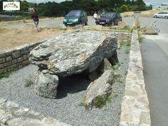 Le dolmen de Men Maria.  Ce petit dolmen situé sur la pointe de Men Maria est constitué d'une grande dalle de couverture de 2,50 m de longueur pour 2 m de largeur. Cette dalle repose sur un gros orthostate et six petits supports. La chambre est orientée est/ouest. Un grand orthostate subsiste sur le côté sud-ouest et trois petits orthostates sont disposés côté nord-est à l'avant de la dalle. Le dolmen est actuellement placé dans une fosse maçonnée.