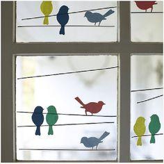 Разноцветные птички на окнах.