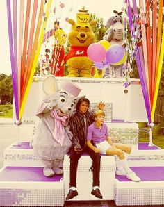 Michael Jackson-Winnie the Pooh on the float. It's of my childhood in one picture. Jackson 5, Paris Jackson, King Of Music, The Jacksons, Fandom, Inspirational Celebrities, The Wiz, One Pic, Thriller