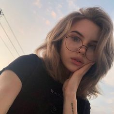 Hairstyles For Girls With Glasses Ideas Girl Short Hair, Short Girls, Girls With Glasses, Aesthetic Girl, Retro Aesthetic, Ulzzang Girl, Girl Photography, Autumn Photography, Hair Looks