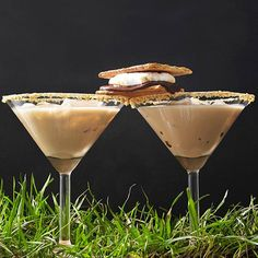 These tawny-color cocktails feature sweet chocolate liqueur, marshmallow vodka, and a splash of whipping cream for a grown-up twist on an old favorite Wine Cocktails, Non Alcoholic Drinks, Cocktail Drinks, Cocktail Recipes, Beverages, Drink Recipes, Vodka Drinks, Martinis, Rainbow Drinks