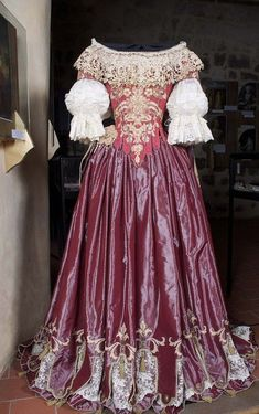 Gorgeous 17th-century dress repined from Evelyn Tidman (she says found on aiguille-en-fete.com from Pinterest).