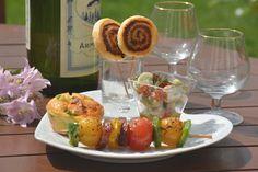 L'apéro chorizo avec : - des sucettes feuilletées au chorizo et à l'aneth… totalement ludiques  - des mini cakes au chorizo, poivron grillés, mozzarella et origan.. comme des pizzas - des verrines de salade de fèves, chorizo, tomate séchées et basilic.. pour le côté fraîcheur - et des brochettes de tomates confites, poivron et chorizo.. avec un air de barbecue.