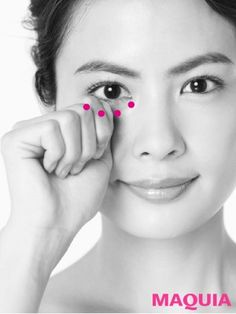 こぶしカッサ④眼窩(骨)の下側に沿って、親指の第一関節でプッシュする。鼻を埋もれさせてしまう、下まぶたのむくみをスッキリ流して。