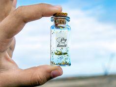 Sky is the limit. Avión de papel. Mensaje en una botella. Miniaturas. Regalo personalizado. Divertida postal. Amistad. Motivacion de EyMyMessage en Etsy