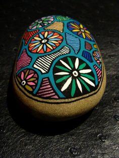 217, Galet peint à l'acrylique dans des tons vifs et multicolores : Peintures par vague-a-l-art