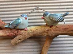 Uccellini in ceramica su supporto in legno