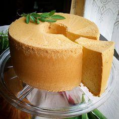 こんにちは! 暑いとデコレーションケーキよりさっぱりとしたスポンジケーキが食べたくなります。 スポンジといえばシフォンケーキははずせないだろう。 ということで、今回はプレーンのシフォンケーキをご紹介します。 シフォンケーキって押さえるポイントがたくさんあってなかなか慣れるまでは難しいと感じる方が多いかもしれません。 私なりの押さえるべきポイントをまとめました。 🌿🌿🌿🌿🌿🌿🌿🌿🌿🌿🌿🌿🌿🌿🌿 20㎝シフォン型 卵黄 4個 (L) 卵白 6個 (L) 砂糖 80~100g 薄力粉 130g 油 80g ぬるま湯 80g 🌿🌿🌿🌿🌿🌿🌿🌿🌿🌿🌿🌿🌿🌿🌿 卵は冷やしておく。 卵黄と卵白をわけます。 …