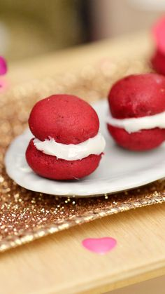 Tiny Kitchen Show you care in a tiny way with sweet red velvet whoopie pies. Mini Kitchen, Miniature Kitchen, Miniature Food, Real Food Recipes, Dessert Recipes, Red Velvet Whoopie Pies, Tiny Cooking, Taste Made, Tiny Food