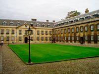 Su fama la debe a la Universidad de Cambridge, la que incluye a los Laboratorios Cavendish.
