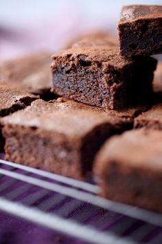 Une petite douceur pour aujourd'hui. J'avais envie d'un bon gâteau chocolaté, fondant et moelleux. J'ai remplacé la farine de blé par de la farine de châta
