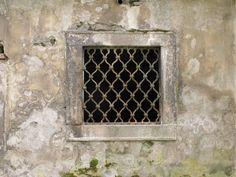 okno v přízemí sýpky