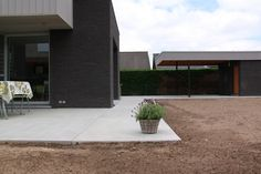 Mega tegels in beton - Deregro - Grond- tuin en afbraakwerken, aanleg opritten en parkings Bauhaus, Modern Exterior, Walkway, Future House, House Plans, Sweet Home, New Homes, Home And Garden, Patio
