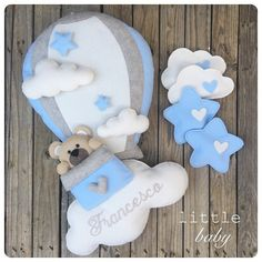Nessuna descrizione della foto disponibile. Baby Shawer, Felt Baby, Baby Toys, Felt Crafts, Diy And Crafts, Baby Shower Gifts, Baby Gifts, Baby Shower Images, Shower Bebe