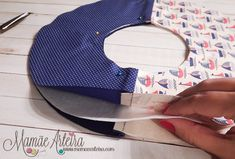 Eu Amo Artesanato: Guirlanda passo a passo Easy Felt Crafts, Felt Name, Felt Quiet Books, Felt Patterns, Baby Shark, Felt Dolls, Baby Decor, Diy Wreath, Baby Shower