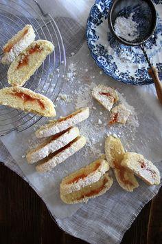 Frolla con composta di pesche alla vaniglia #ingerdienti (14 biscotti circa) 180 g di farina 00 20 g di Maizena 1/2 cucchiaino di lievito 60 g di zucchero a velo + per decorare 20 g di burro 60 ml di olio d'oliva extra vergine 1 uovo medio 1 cucchiaino di estratto di vaniglia un pizzico di sale #ingredienti per la composta: 1 grossa pesca gialla 2 cucchiai di zucchero di canna 1/2 cucchiaino di estratto di vaniglia o i semini di mezza bacca #ricetta #pesche