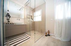 דלתות מסתובבות: חללים שעוצבו בשני סגנונות שונים - כיור עד מקלחון