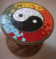 Mesa em Carretel de madeira. Reutilização e mosaico