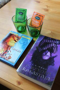 Heinäkuu 2013, Arvoteemarinki Vain Pinterestistä. 2x kartion tummanvihreää lasia, 2 pussia teetä. Leijonakuningas Bluray sekä J.R. Wardin Pimeyden rakastaja