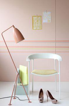 """Den ikoniske gulvlampen """"Grasshopper"""" i vintage red fra Gubi, ble først produsert i 1947 og er like aktuell i dag, Paustian. Stolnyheten """"ASAP"""" fra Paustian er både lekker og har bra sitte komfort.  Eske fra Papirgalleriet, Norway Designs og papir mapper fra Hay. Lakksko fra Zara.  Veggefarge er i støvete fersken: S1015-Y70R"""