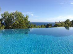 #Ibiza - Esclusiva Villa con piscina ristrutturata e arredata con gusto all'interno del Golf Club Roca Lisa immersa fra pini marittimi e piante d'alto fusto.
