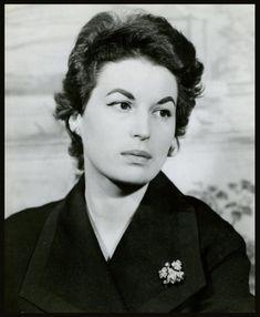 Silvana MANGANO '50 (21 Avril 1930 - 16 Décembre 1989) fue una actriz de cine italiana. Se formó como bailarina y se ayudó económicamente como modelo.Aunque nunca llegó a la altura de sus contemporáneas Sophia Loren y Gina Lollobrigida, Mangano fue unas de las estrellas favoritas entre los años 1950 y 1970: apareció en Anna (Alberto Lattuada, 1951), El oro de Nápoles (L'oro di Napoli, Vittorio De Sica, 1954).Silvana Mangano murió de cáncer de pulmón en Madrid a la edad de 59 años.