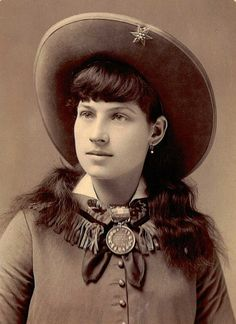 The Amazing Life of Annie Oakley (15 Photos) - Old Photo Archive