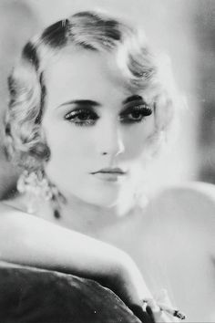 Carole Lombard, 1928 look at those eyelashes! Hollywood Icons, Old Hollywood Glamour, Golden Age Of Hollywood, Vintage Glamour, Vintage Hollywood, Hollywood Stars, Vintage Beauty, Classic Hollywood, Vintage Makeup