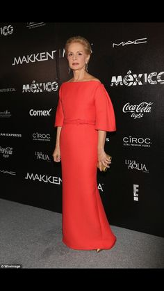 18 chicest mother of the bride style icons: Carolina Herrera stands out in a classic and clean red gown. Carolina Herrera Parfum, Carolina Herrera Dresses, Carolina Herrera Bridal, Mother Of The Bride Fashion, Red Gowns, Looks Chic, Groom Dress, Classy Outfits, Look Fashion