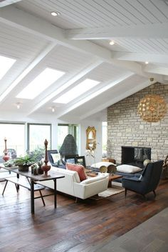 White pitched ceiling, stone, great windows ... Mid-century modern by TangiPryor