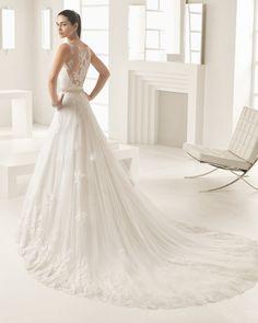 Vestido de novia princesa con cuerpo de encaje y pedrería y falda de tul linea A, con escote y espalda efecto tattoo, en color natural/nude.