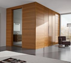 Elegant lines with coplanar door panel and frames flush with the wall, magnetic locks and concealed hinges. It is available in a new range of colors and open-pore laquer finishes.