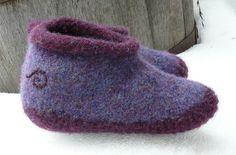 Der Neuen Ravelry: Wild Woolie Felted Bootie Slippers pattern by LenoreG Felted Slippers Pattern, Knitted Slippers, Knitting Club, Knitting Socks, Knit Socks, Lace Knitting, Needle Felted, Nuno Felting, Felt Booties