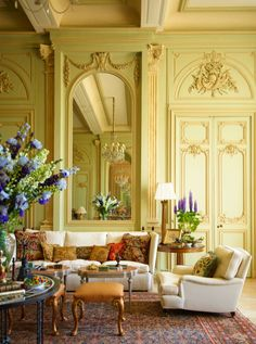 Grand Salon - Chateau du Grand-Lucé: Decorating a Great French Country House… Knole Sofa, Interior Design Photos, French Country House, Classic Interior, Decoration Design, French Decor, Beautiful Interiors, French Interiors, Country Decor