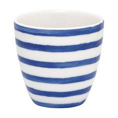 Dieser kleine Becher Sally Indigo versprüht maritimes Flair in ihren vier Wänden. Ob als Espressotasse oder als Blumentöpfchen, der Mini Latte Cup macht immer eine gute Figur. In verschiedenen Designs und Farben erhältlich.
